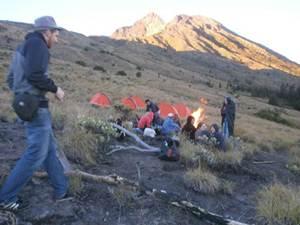 camping near crater rim tetebatu